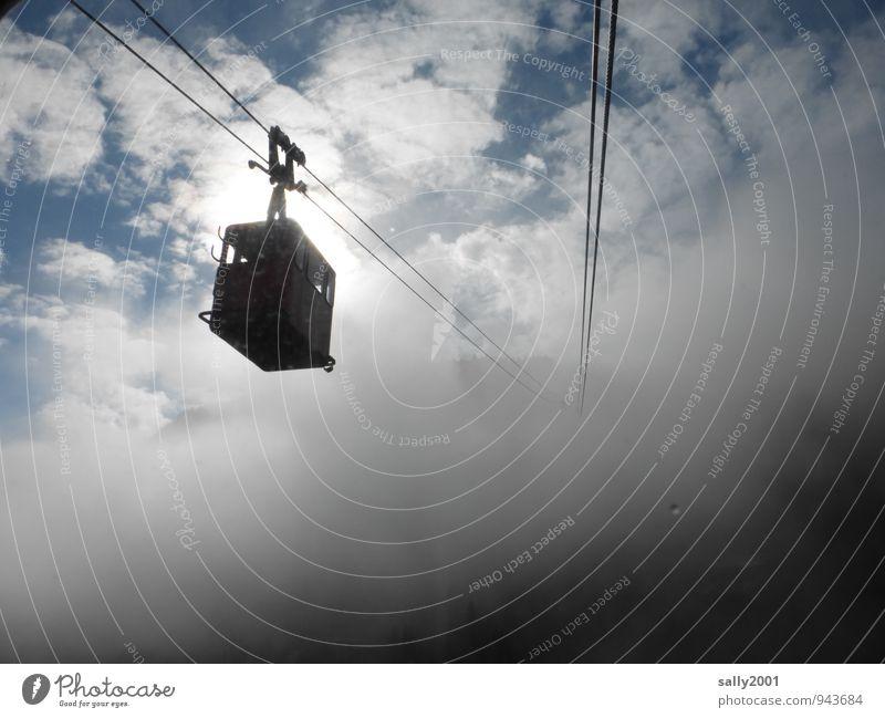 fliegen | aufwärts ins Ungewisse... Ferien & Urlaub & Reisen Ausflug Abenteuer Berge u. Gebirge Wolken Nebel Seilbahn fahren hängen schaukeln bedrohlich dunkel