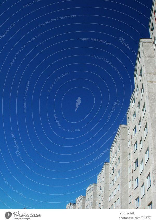 himmelblau Himmel weiß blau Sommer Haus Fenster Freiheit Hochhaus