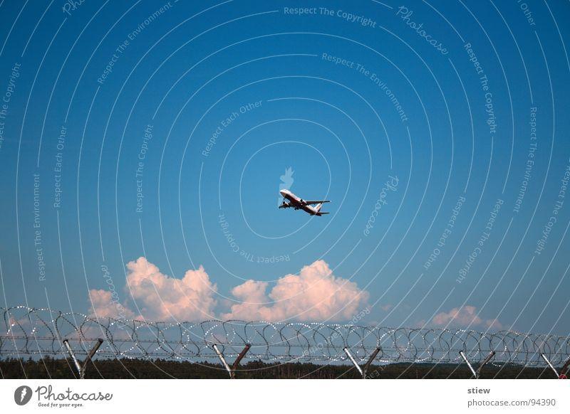 journey Flugzeug weiß Passagierflugzeug Nürnberg interkontinental Abdeckung Stacheldraht Luft Wolken Außenaufnahme Flughafen Luftverkehr Elektrisches Gerät