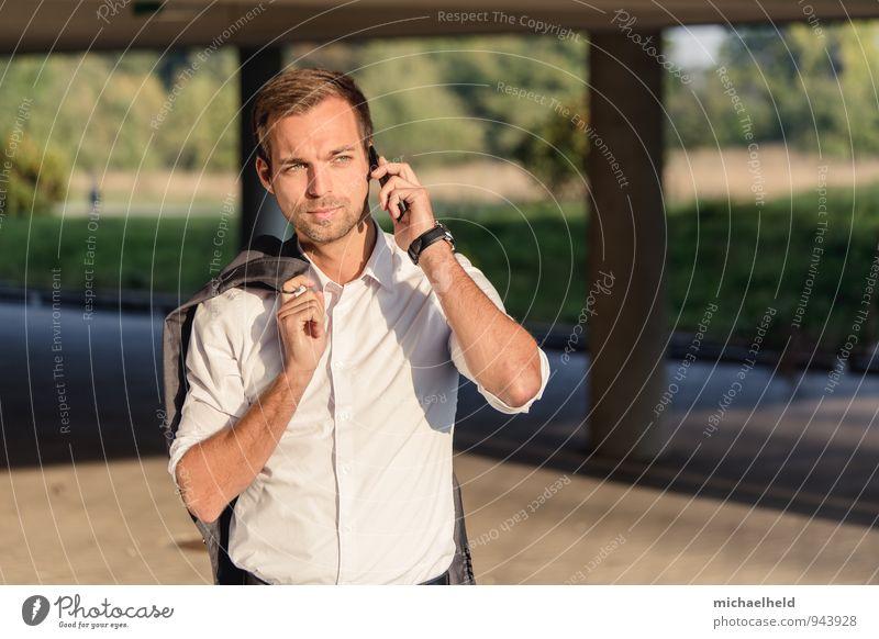 clever und smart am Telefon Jugendliche Mann Stadt 18-30 Jahre Erwachsene sprechen Arbeit & Erwerbstätigkeit maskulin Lifestyle Business Büro modern authentisch