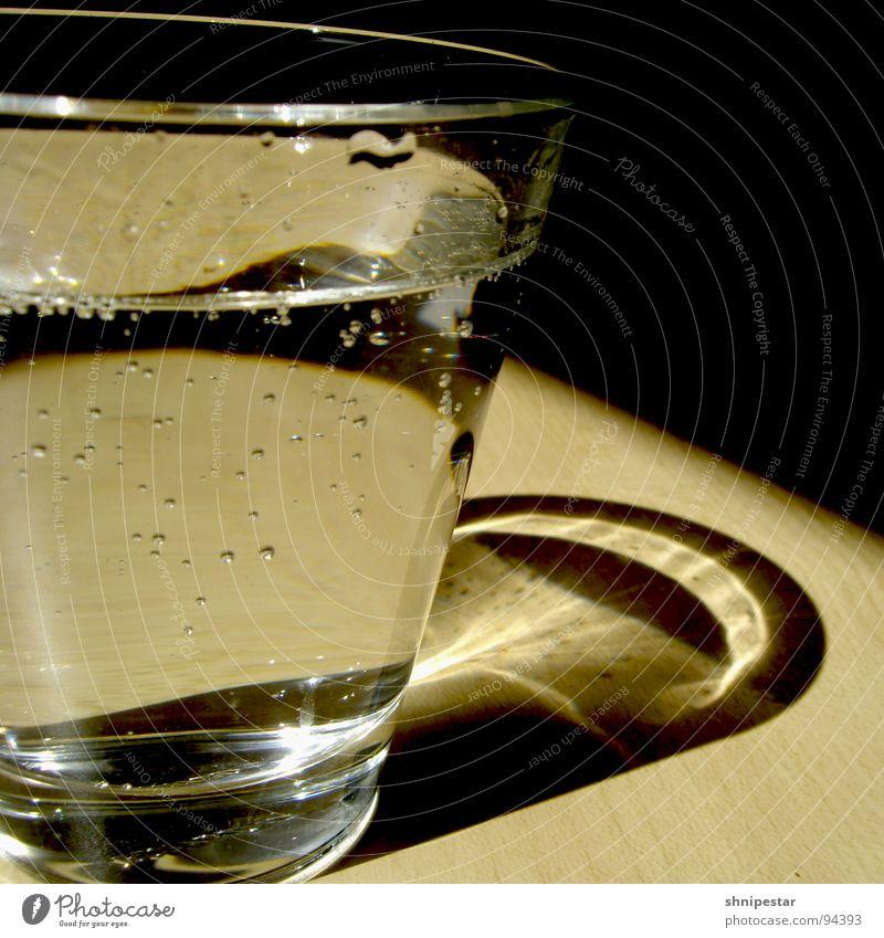 Kaltes Klares Wasser kalt Kohlensäure Quadrat Mittagspause Getränk Erfrischung Gesundheit Küche Glas Reflexion & Spiegelung Blase Schatten Kontrast Anschnitt