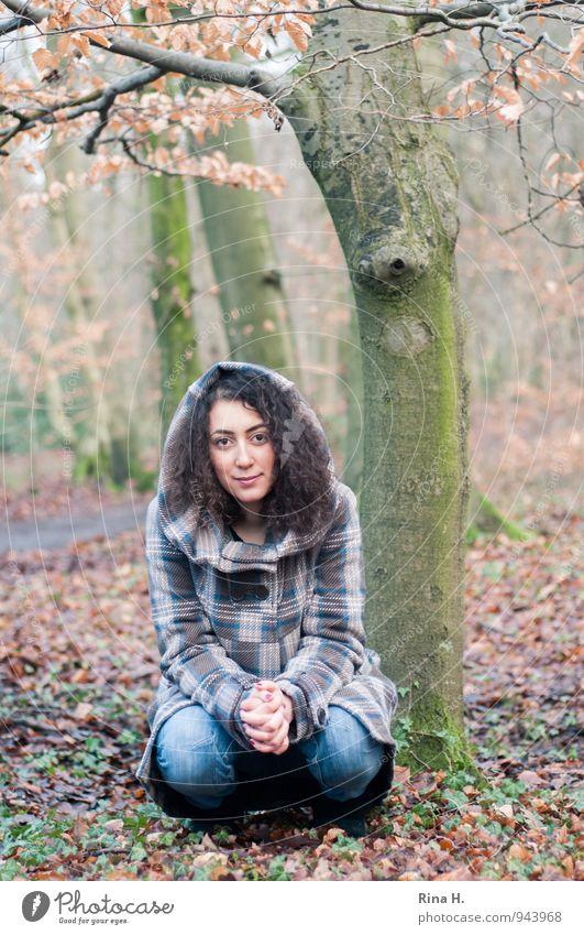 KapuzenMädchen im Herbstwald Junge Frau Jugendliche 1 Mensch 18-30 Jahre Erwachsene Umwelt Natur Baum Wald Bekleidung Jeanshose Mantel brünett langhaarig Locken