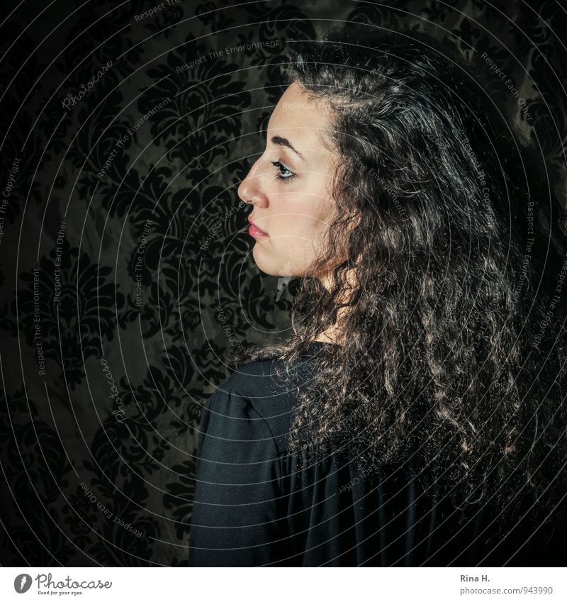 Portrait Mensch Jugendliche Junge Frau 18-30 Jahre dunkel Erwachsene Traurigkeit Gefühle retro Kleid Sehnsucht Schmerz Locken brünett langhaarig