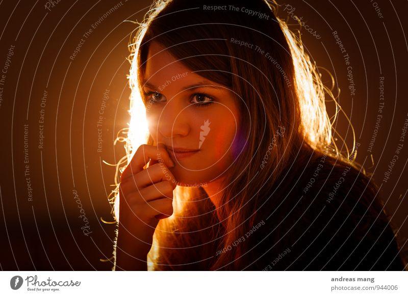 Leuchten Junge Frau Jugendliche Erwachsene Kopf Gesicht 18-30 Jahre brünett langhaarig beobachten Denken Erholung hören leuchten Blick träumen elegant