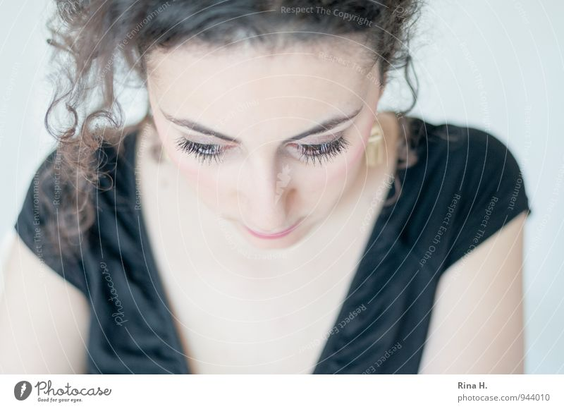 Löckchen Junge Frau Jugendliche 18-30 Jahre Erwachsene T-Shirt brünett Locken Traurigkeit authentisch schön Gefühle Auge Wimpern Dekolleté nachdenklich träumen