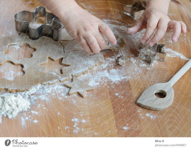 süß Mensch Kind Hand Lebensmittel Freizeit & Hobby Kindheit Ernährung Tisch Kochen & Garen & Backen Finger niedlich süß lecker Süßwaren Kleinkind Backwaren