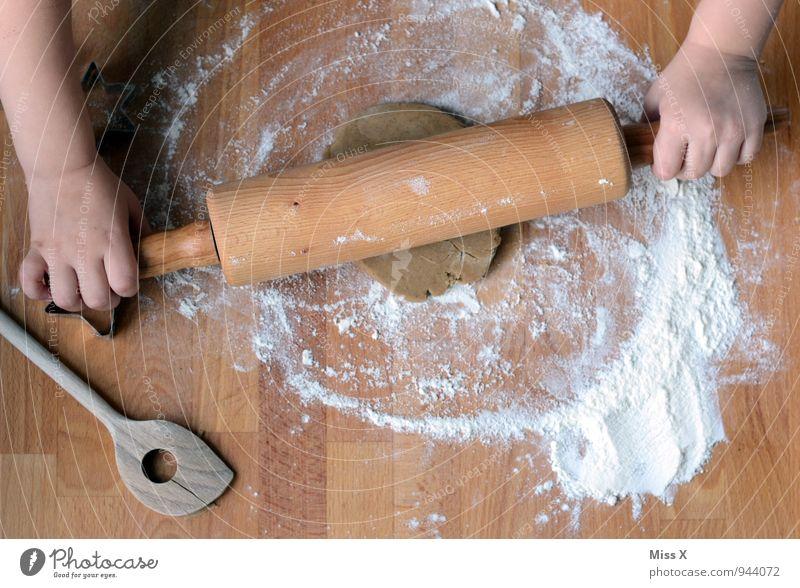 Fleißig Lebensmittel Teigwaren Backwaren Brot Kuchen Ernährung Freizeit & Hobby Tisch Küche Feste & Feiern Geburtstag Mensch Kind Kleinkind Arme Hand 1