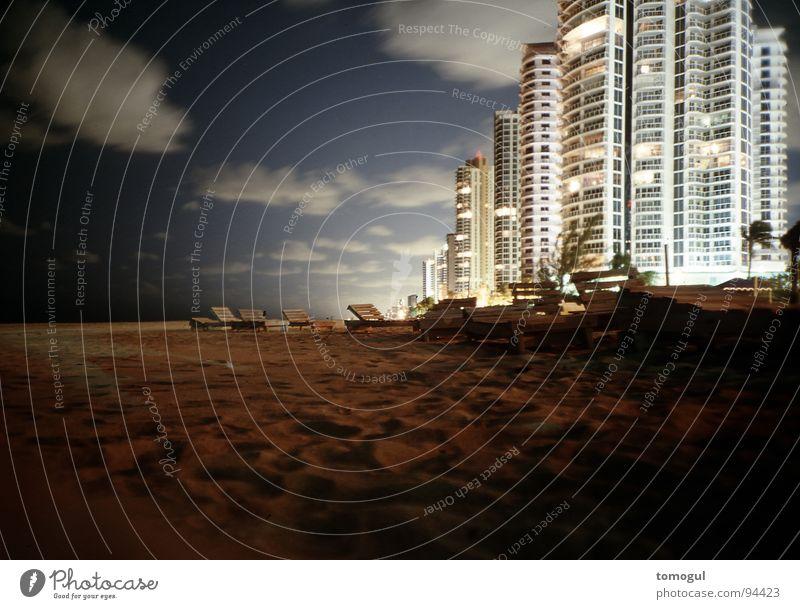 Miami Beach Strand Ferien & Urlaub & Reisen Abenddämmerung Florida Liegestuhl Hochhaus Langzeitbelichtung Haus Küste modern Häusliches Leben