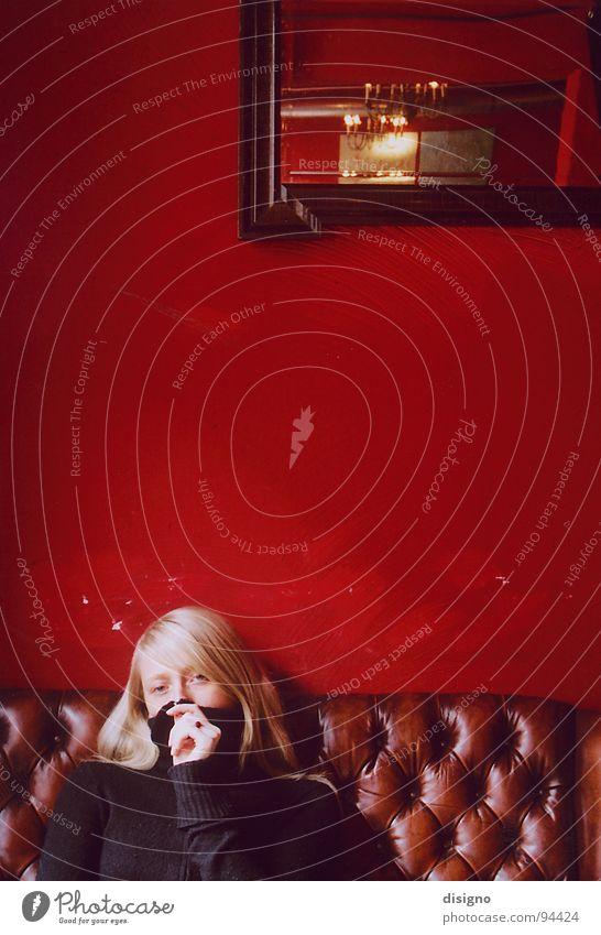 red corner Café Sofa rot blond Spiegel Brunch genießen Friedrichshain Kommunizieren Ledersofa Erholung