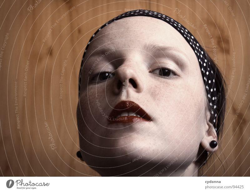 inside and out Auslöser Selbstportrait Frau Identität einzigartig Denken dunkel Silhouette Holz Wand Raum Gefühle Mensch Gesicht face Blick Kontrast Seitenlicht