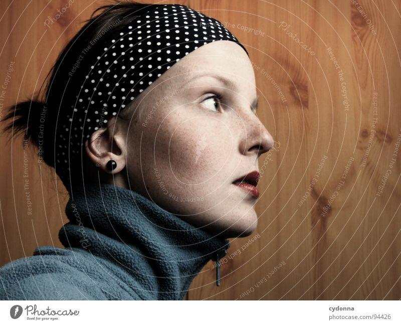 inside and out I Frau Mensch Gesicht dunkel Wand Gefühle Holz Denken Raum beobachten einzigartig Jacke Verkehrswege Selbstportrait Tuch Charakter