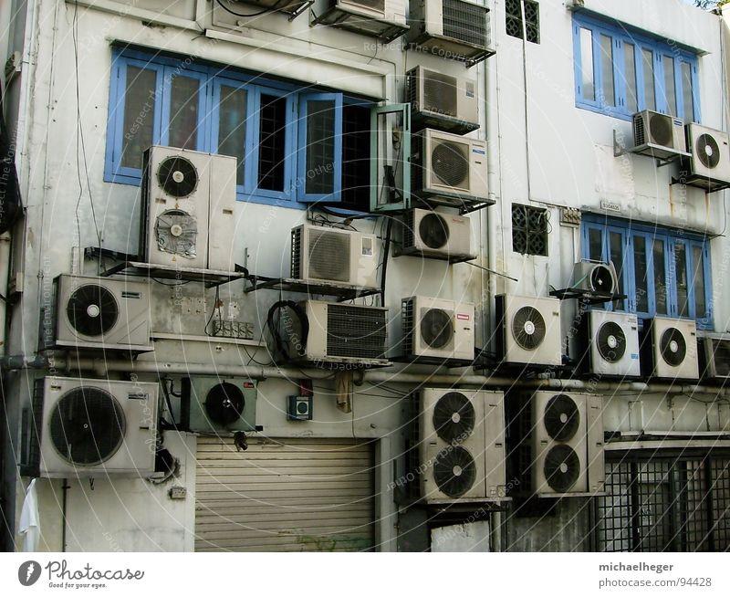 Abkühlung? Stadt Haus lustig klein dreckig mehrere viele Verkehrswege seltsam Singapore Klimaanlage