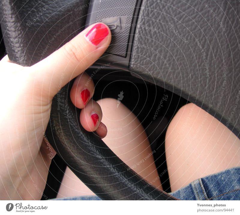 Unterwegs Frau Hand rot Sommer Wärme Stil PKW Beine Raum Haut Verkehr Finger gefährlich Perspektive bedrohlich retro