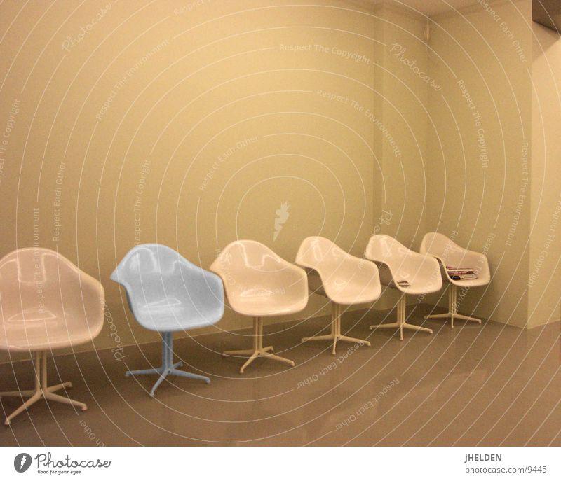 wartesaal Stil Design Innenarchitektur Möbel Sessel Stuhl Raum Ausstellung Kultur Zeitung Zeitschrift Bahnhof Abflughalle Lack Beton Metall Kunststoff