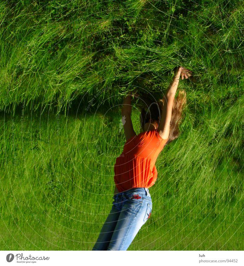 Ich verschiebe die Welt. Gras Wiese grün schieben drücken mehrfarbig stark Jugendliche gegen Rasen Erde verschieben Kraft strong colorful world push Druck luh