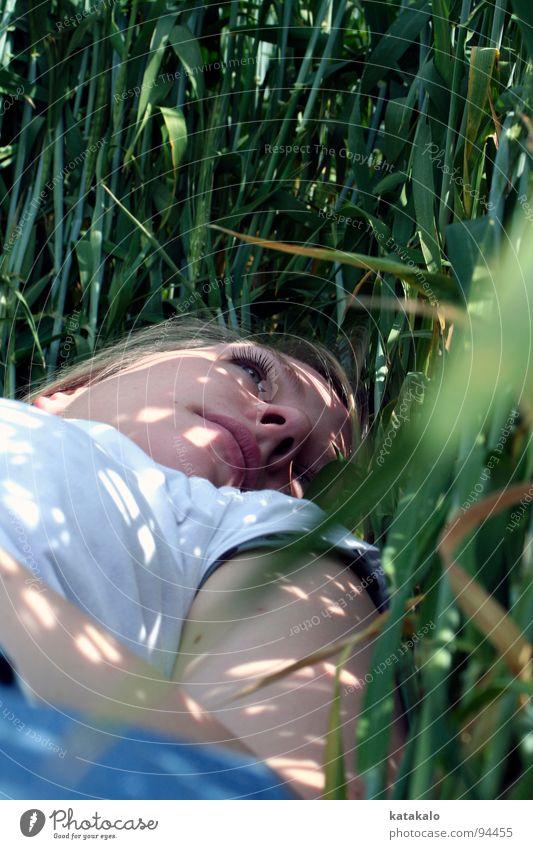 Traumstunde Frau weiß grün Sommer Gesicht ruhig Einsamkeit träumen Stimmung Feld Trauer liegen Idylle Jahreszeiten verträumt