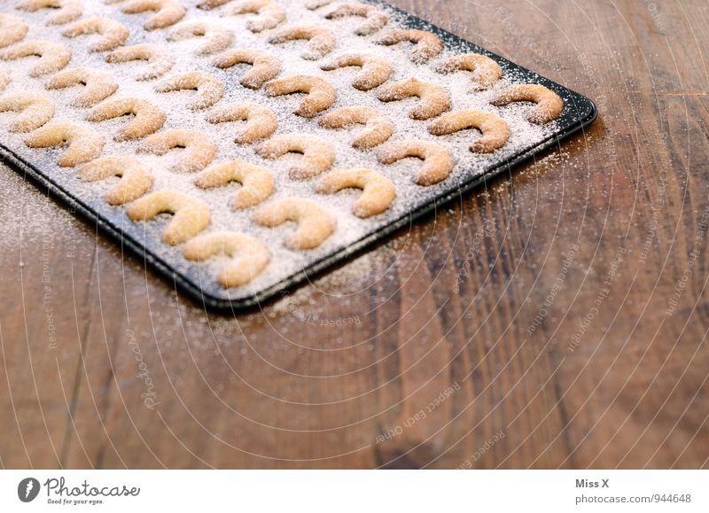 Kipferl Weihnachten & Advent Lebensmittel Ernährung süß Kochen & Garen & Backen lecker Backwaren Teigwaren Plätzchen Keks Holztisch Weihnachtsgebäck Puderzucker Backblech Vanillekipferl