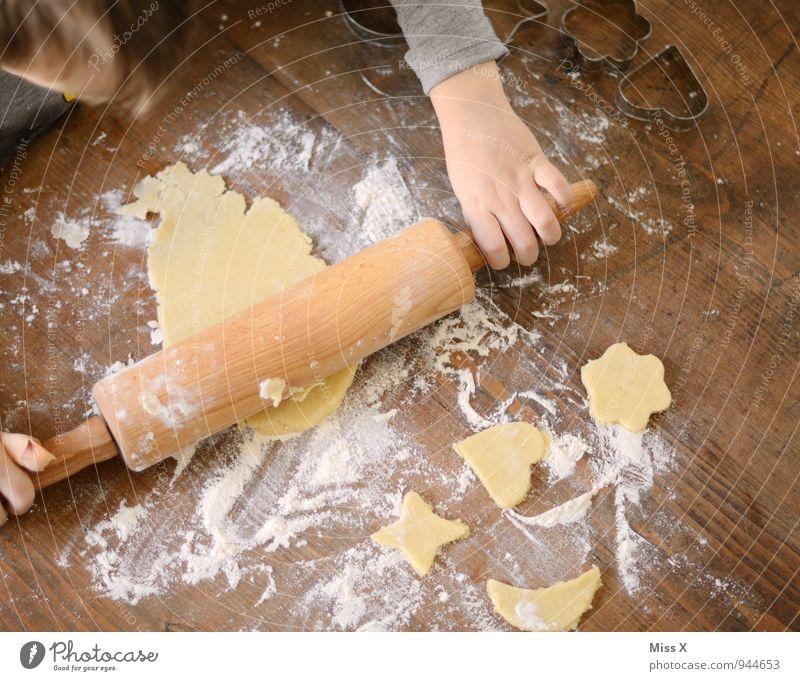 Nudelholz Lebensmittel Teigwaren Backwaren Ernährung Weihnachten & Advent Mensch 1 1-3 Jahre Kleinkind 3-8 Jahre Kind Kindheit lecker süß Plätzchen ausrollen