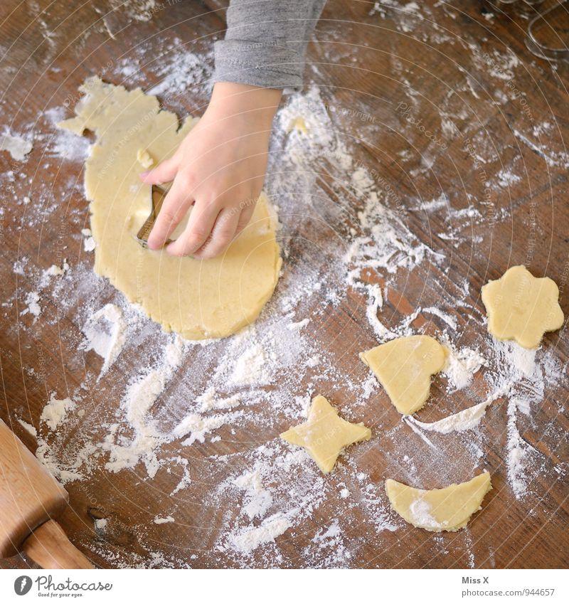 Teig Kind Weihnachten & Advent Hand Holz Lebensmittel Ernährung süß lecker Backwaren Holztisch Teigwaren Plätzchen Mehl Weihnachtsgebäck Nudelholz Backform