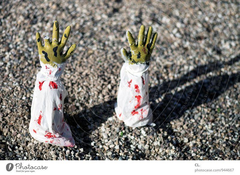 dorfleben Halloween Mensch Hand Finger 1 60 und älter Senior Verband Blut blutrünstig Blutfleck Boden gruselig Kieselsteine Stein grün rot Tod Angst Entsetzen