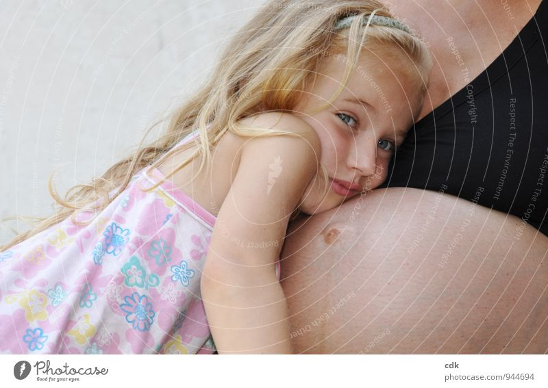 ungewisse Zukunft Haut Kind Mensch feminin Mädchen Mutter Erwachsene Familie & Verwandtschaft Kindheit Kopf 2 3-8 Jahre Kleid blond Vertrauen Sicherheit Schutz