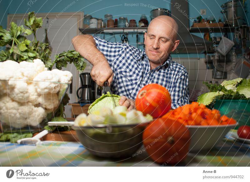 Mann im Karohemd schneidet Gemüse Suppe Eintopf Vegetarische Ernährung Geschirr Gesicht Zufriedenheit Küche Erwachsene Gastfreundschaft Arbeit in der Küche