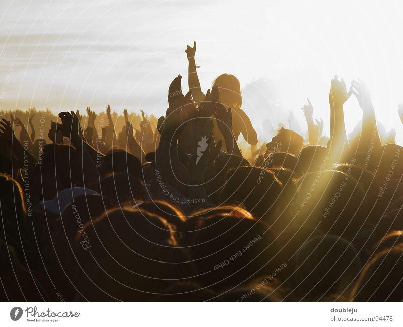 mehr sommer, mehr sonne, mehr rockmusik Mensch Himmel Mann Jugendliche Hand Sonne Freude Erwachsene Glück Beleuchtung Menschengruppe Party Freundschaft Stimmung Musik Arme