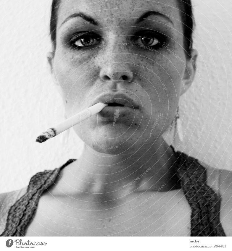 do i look like a slut? Frau weiß Gesicht schwarz Auge Mund dreckig Nase trist T-Shirt Zigarette Hemd Langeweile Sommersprossen Augenbraue Schmuck