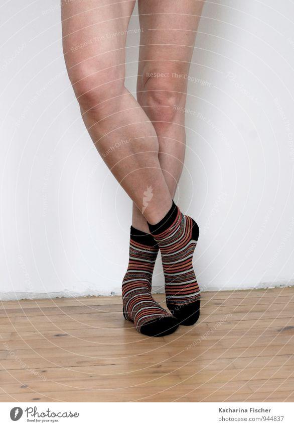 Ringelsox feminin androgyn Frau Erwachsene Beine 1 Mensch 30-45 Jahre stehen authentisch dünn braun rot schwarz silber türkis weiß Bekleidung Strümpfe