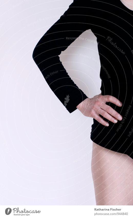 einseitig androgyn Arme Hand 1 Mensch stehen weiß Körperhaltung Langarmshirt Halbprofil Bein Oberschenkel Hälfte Perspektive Bildausschnitt Wand Haut Farbfoto