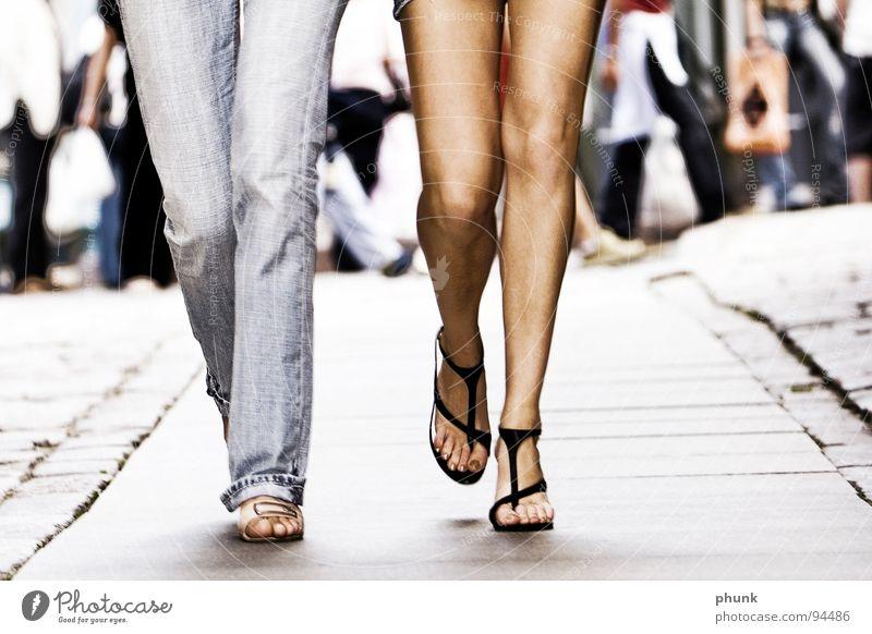 mädels Frau nackt Spaziergang gehen Freundschaft Zusammensein Freude Sommer Beine jean Reinigen Pflastersteine