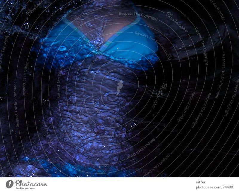ertrink endlich 10. weiß schwarz Dinkel hell-blau untergehen durchdrehen Nixe Meerjungfrau feucht nass Bikini Abendkleid dreckig Trauer Verzweiflung Tod
