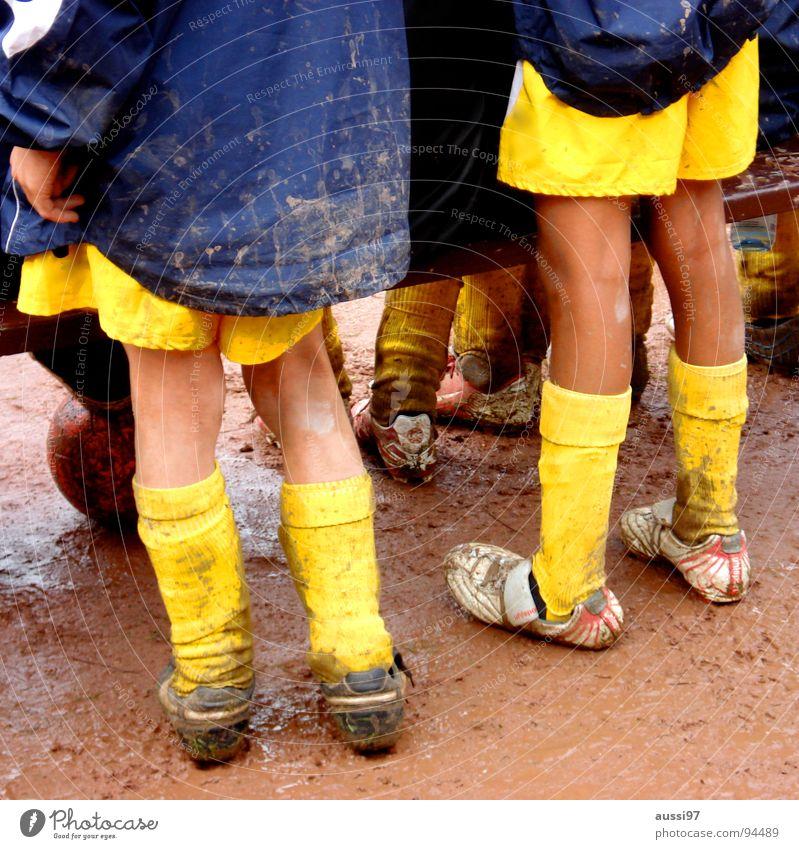 Erst hatten wir kein Glück, dann kam auch noch Pech hinzu. Jugendliche gelb Sport Spielen Fußball dreckig Ball Bank wild kämpfen verloren Ballsport Kerl verlieren Schlamm Fußballer