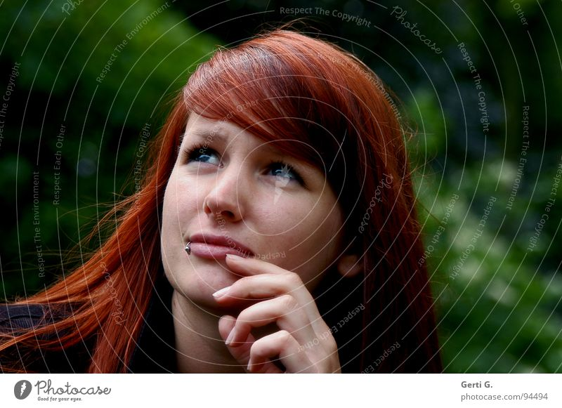 sibyl Frau Junge Frau rothaarig langhaarig schön Denken Wahrsagerei Weisheit Aussehen Gesicht Hand grün Piercing Aussicht outlook nachdenken weissagen Blick