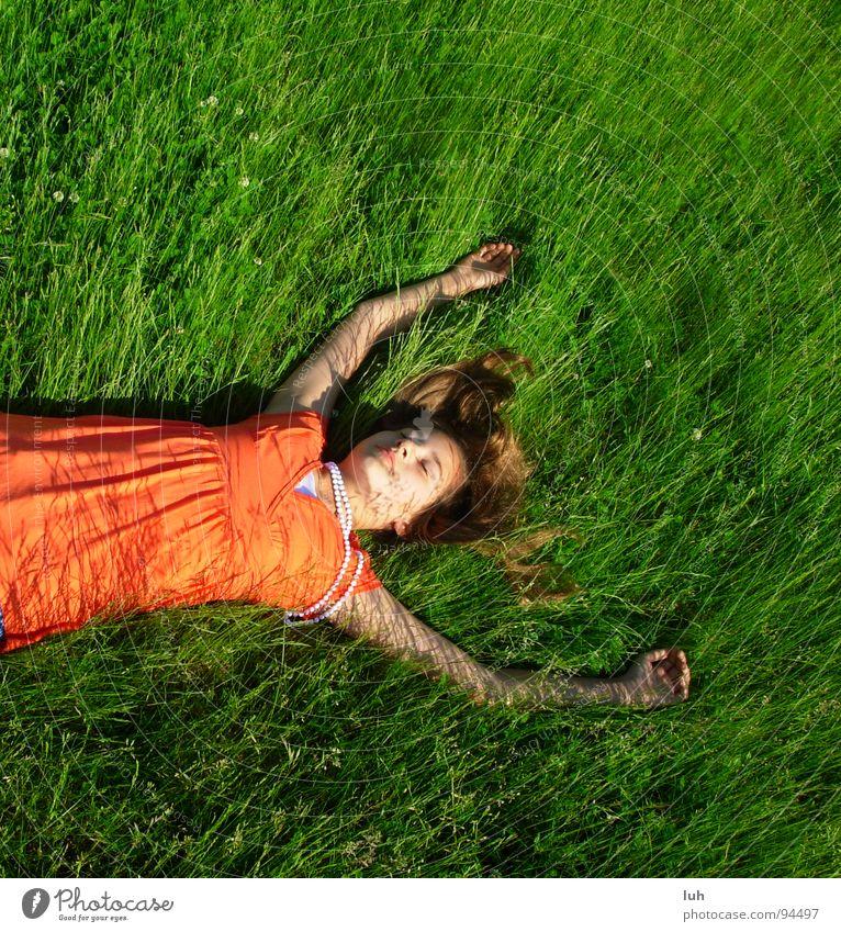 Verschwende deine Zeit. Jugendliche grün Sommer Erholung Wiese springen Stil Gras Frühling Rasen liegen genießen