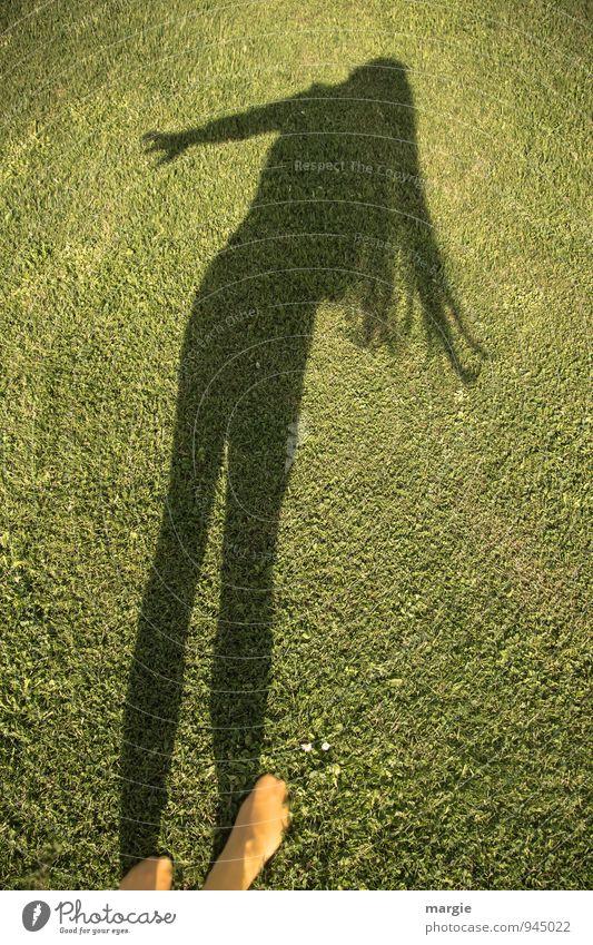 Rasentanz: der Schatten einer Frau mit langen Haaren die über den Rasen tanzt Mensch feminin Junge Frau Jugendliche Erwachsene Haare & Frisuren Arme Hand Gesäß
