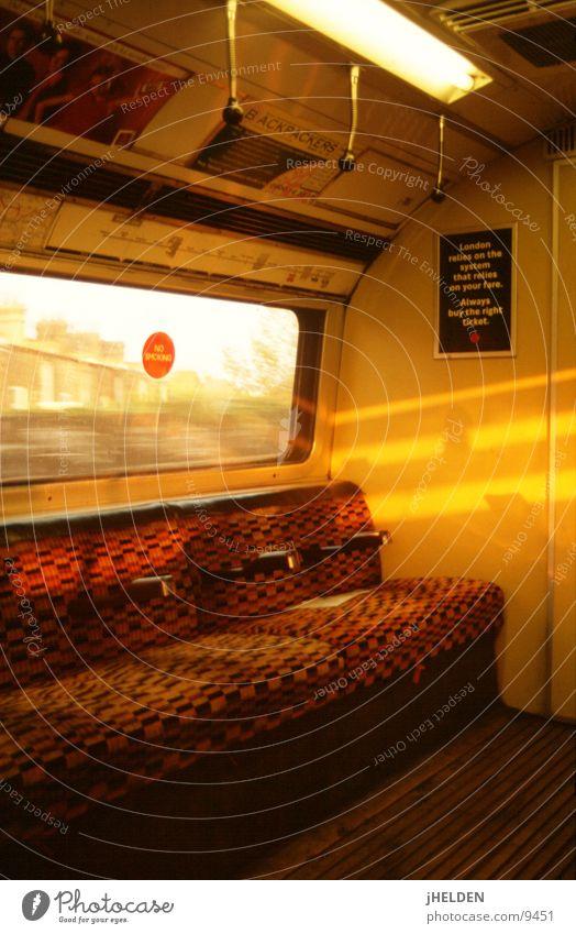 london underground Sonne sitzen offen Verkehr leer Hinweisschild Bank U-Bahn Design London England London Underground Warnschild Öffentlicher Personennahverkehr Symbole & Metaphern Rauchen verboten