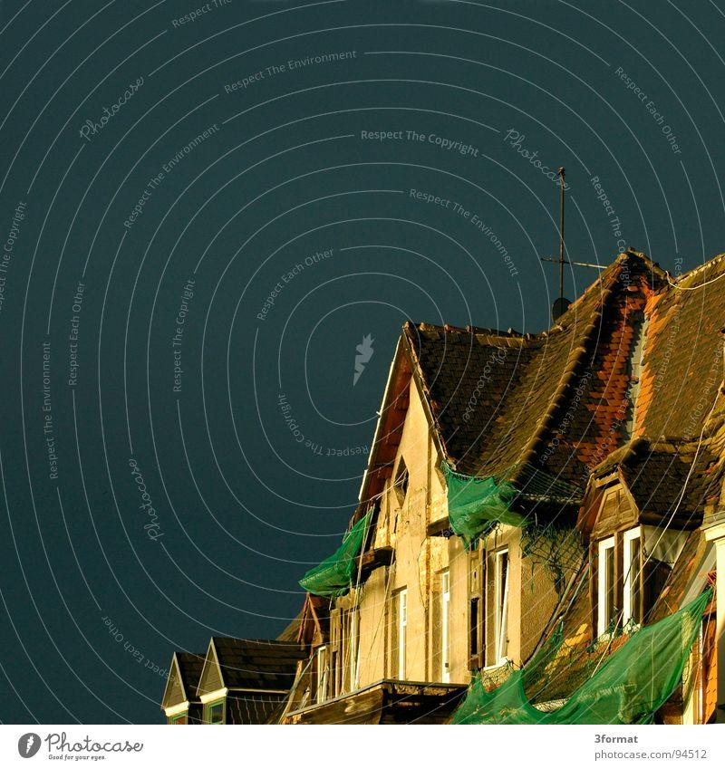 gegenueber Ziegeldach Dach Sims Balkon Fenster Haus Osten verfallen vergessen trist dunkel Einsamkeit Verfall leer Leerstand Backstein Gemäuer Nacht Sommer