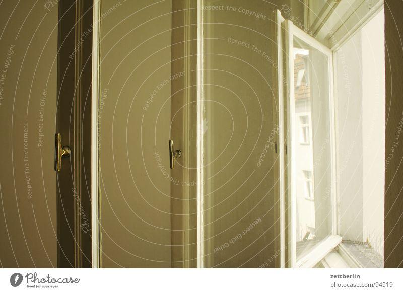 Fenster Glasscheibe Griff Knauf offen Ferne lüften Luft Renovieren streichen lackieren Wohnung Raum Reparatur Detailaufnahme Häusliches Leben