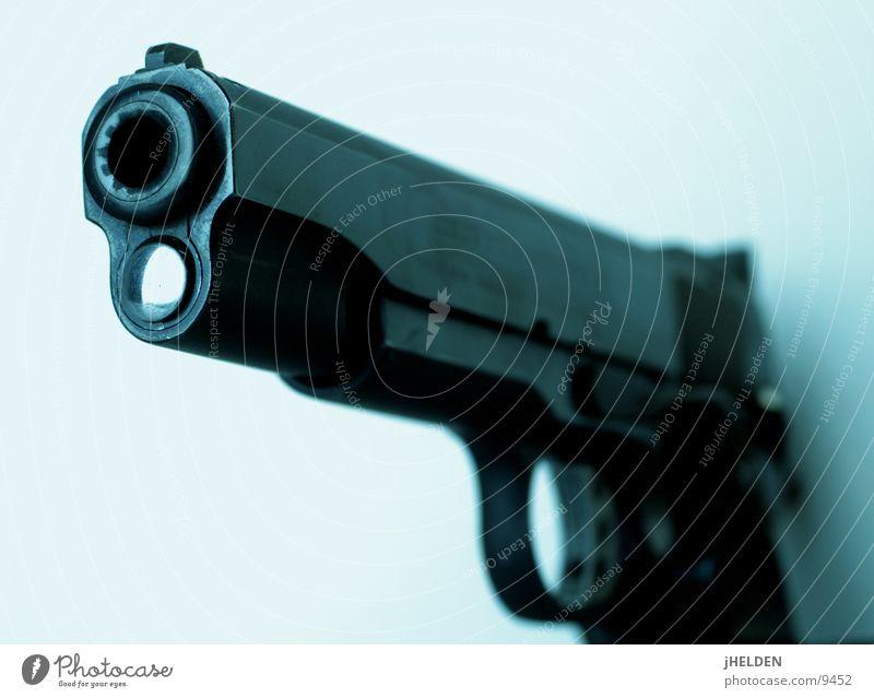 gun's for hire blau weiß schwarz dunkel kalt frei gefährlich bedrohlich Frieden Gewalt Starke Tiefenschärfe Aggression Waffe Hass Kriminalität Pistole