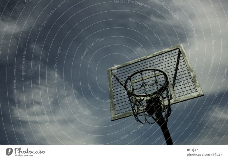PLAY! Basketballkorb Korb Gitter Stahl Eisen Stab Ballsport hängen 3 Ausdauer Sport Rechteck Wolken grau grün unbenutzt Platz dunkel dreckig Grunge