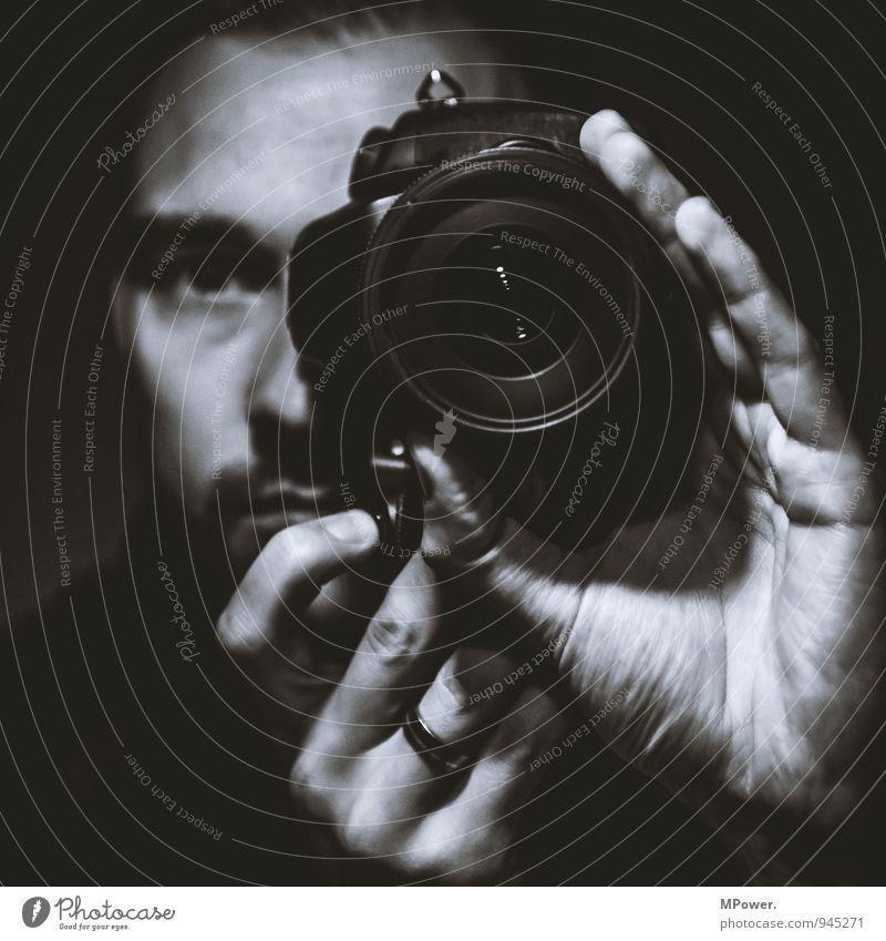 selfie Mensch maskulin Junger Mann Jugendliche Kopf 1 selbstbewußt Fotokamera Objektiv Spiegelbild Ring Hand Selbstportrait Gesicht Blick Fotografieren