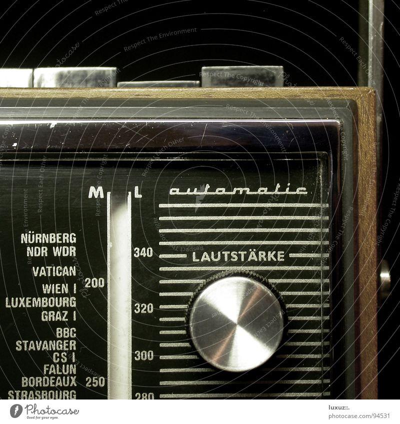 Pump Up the Volume laut ruhig live Lied Podcast Rauschen Schalter Knöpfe Frequenz drehen Regler Sender mono stereo Apparatur Radio braun Hörspiel Nostalgie