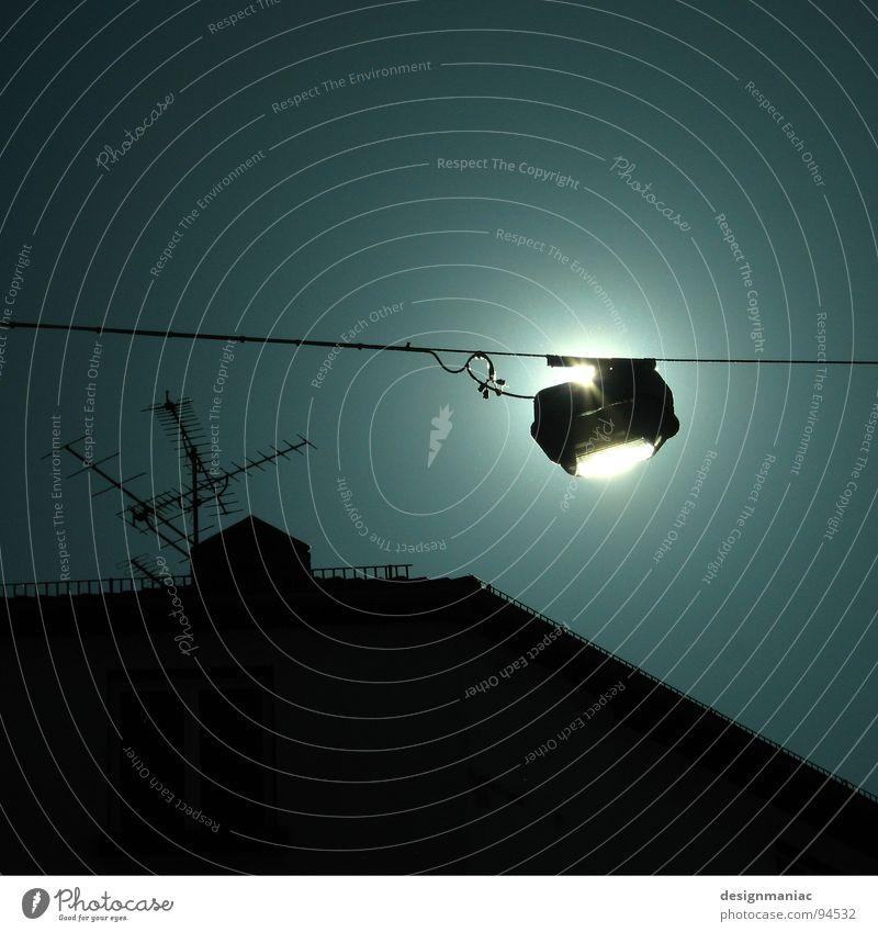 Energiesparlampe Himmel blau weiß Sonne Haus dunkel schwarz Traurigkeit Graffiti Lampe oben hell Zufriedenheit Energiewirtschaft verrückt Elektrizität
