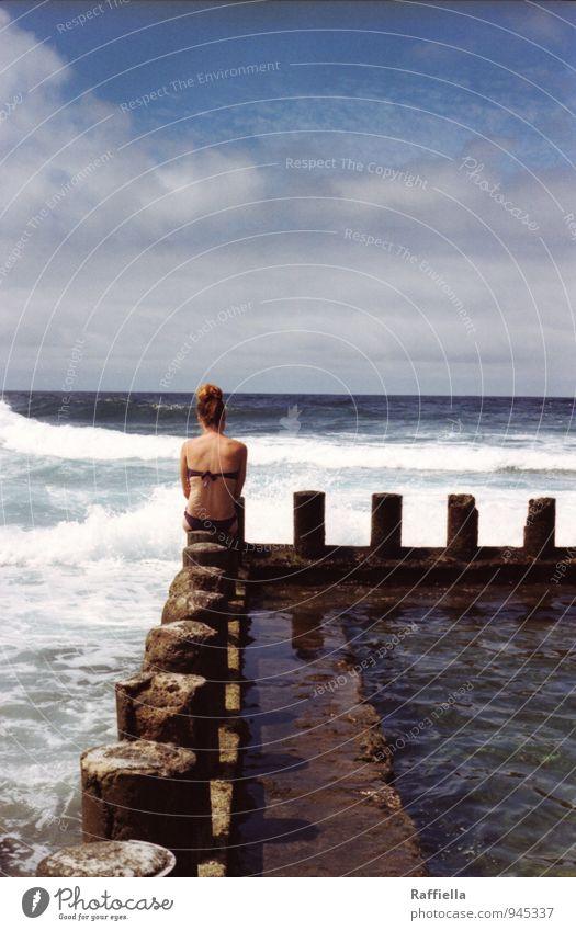 waiting Mensch Jugendliche blau Wasser Sommer Sonne Junge Frau Erholung Meer Einsamkeit Wolken 18-30 Jahre Erwachsene Wärme feminin nachdenklich