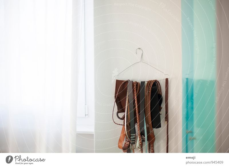 Bügel weiß Wand Innenarchitektur Mauer hell Raum Accessoire Gürtel Kleiderbügel