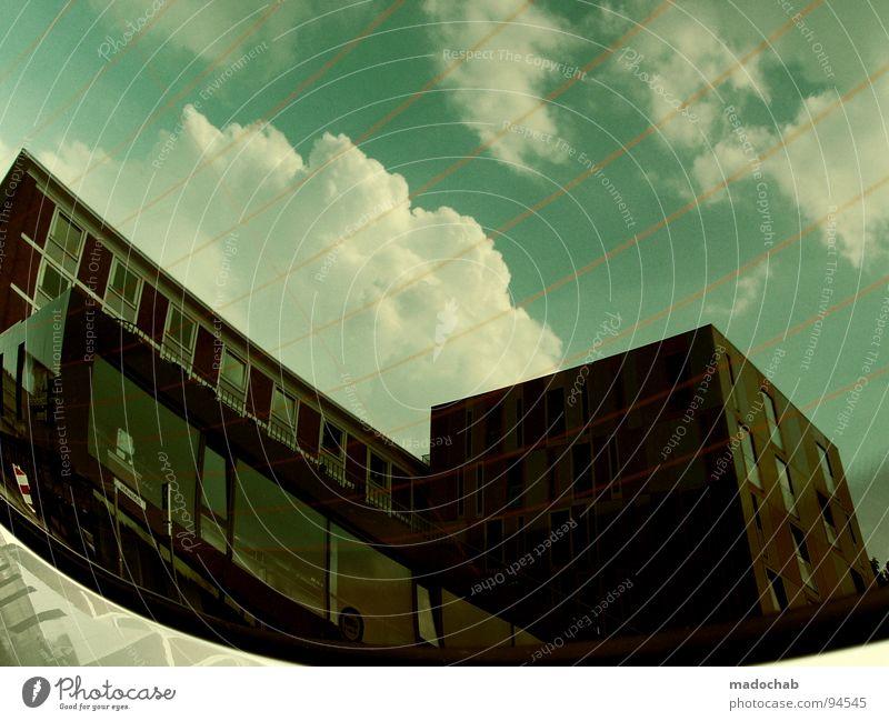 ERDBEEREIS MIT SCHOKOSOSSE Himmel grün Wolken Haus Fenster Architektur Gebäude Linie Glas kaputt Niveau Konzentration Frankfurt am Main Surrealismus Vorderseite