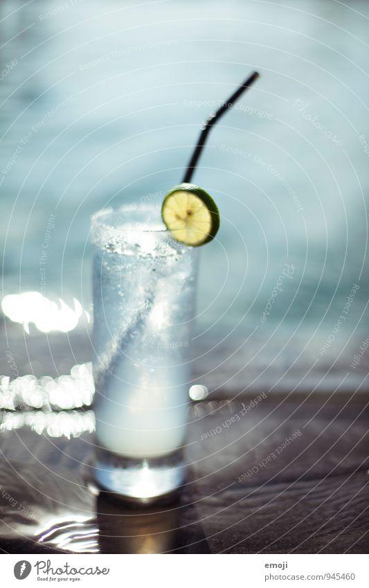 fresh! Limettenscheibe Getränk Erfrischungsgetränk Trinkwasser Glas Trinkhalm kalt blau Wasser nass Kühlung Sommer Farbfoto Außenaufnahme Nahaufnahme