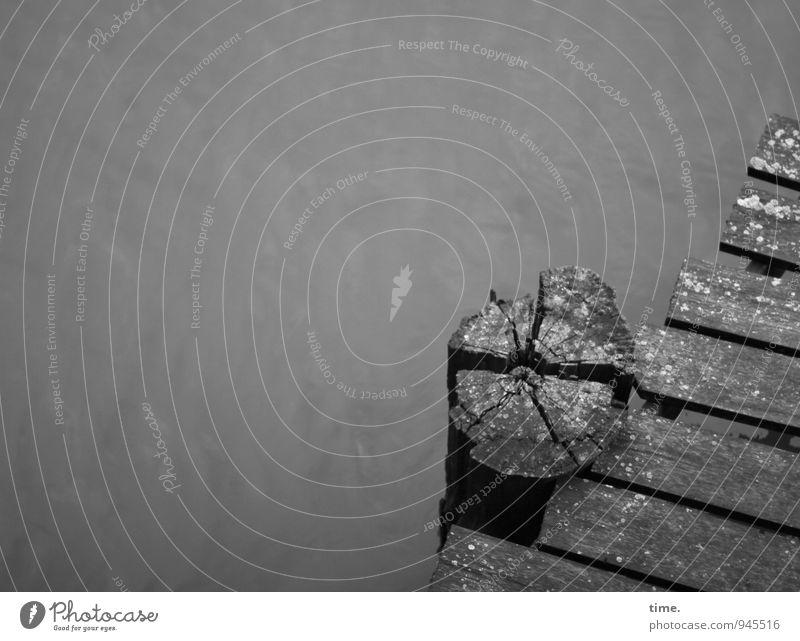 Gnadenfrist Wasser Kanal Schiffsplanken Steg Poller Verkehrswege Schifffahrt Binnenschifffahrt Anlegestelle Holzbrett alt dunkel kaputt maritim nass trashig