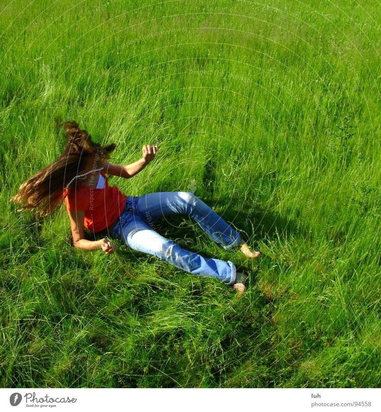 Unsanfte Landung. Jugendliche grün Sommer Freude Bewegung Wiese Gras Glück Haare & Frisuren fliegen Kraft Fröhlichkeit Lebensfreude Rasen Vorfreude Schwung